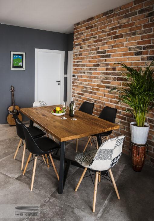 Stół Rossend to piękny mebel z dębowym blatem. Podstawa została wykonana z najwyższą dbałością o szczegóły - malowanie proszkowe na czarno.
