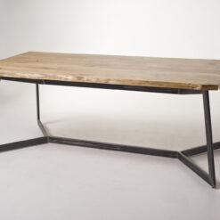 Stół Blacketen wykonany ze starego, dębowegoi szlifowanego drewna w połączeniu ze stalową i masywną podstawą. Piękne połączenie materiałów.