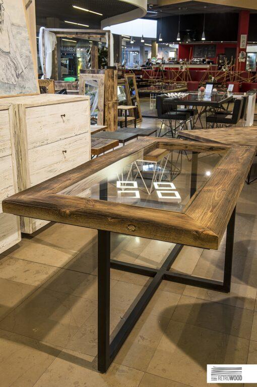 StółArles to mebel wykonany ze talowych profili i blatu, który jest połączeniem drewnianej ramy ze szklanym wypełnieniem.