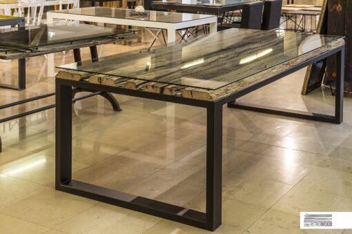 Stółto połączenie stali, drewna dębowego i szkła. Podstawa zwieńczona jest blatem wykonanym ze starych dębowych desek, przykrytym taflą hartowanego szkła.