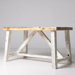 Stół, został wykonany z drewna sosnowego, pochodzącego ze starych chat na Kresach. To niezwykły stół, którego podstawę pomalowano na biały kolor.