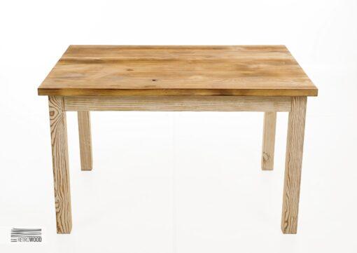 Stół, wykonany jest w całości ze starego drewna sosnowego, które niegdyś było materiałem, wykorzystywanym do budowy chat kresowych.