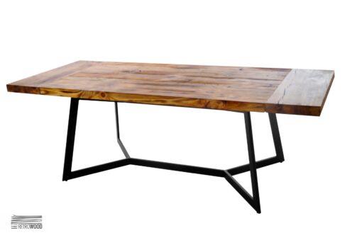 Stół z prostą podstawą wykonaną ze stalowych profili w naturalnym kolorze. Blat z możliwością przedłużenia za pomocą dostawek.