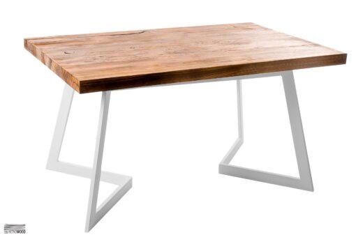 Stół cechuje prosta podstawa, wykonana z trwałych i estetycznych profili stalowych, w kolorze białym. Blat stworzono ze starego drewna sosnowego.