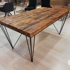 Stół wykonany z połączenia starego drewna i stalowej konstrukcji. Drewniany stół do idealnie rozwiązanie do ocieplenia wnętrza naturalnym materiałem.