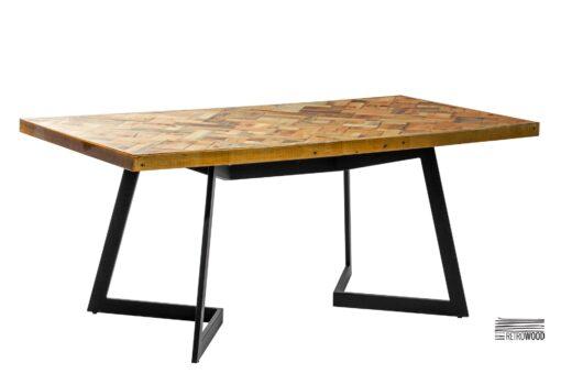 Stół wykonany ze starego drewna sosnowego połączonego ze stalową podstawą. Z pewnością idealnie wkomponuje się w każde wnętrze.