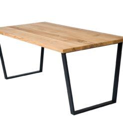 Stół wykonany z pięknego dębowego drewna i ciekawie wyprofilowanej podstawy stalowej. Idealnie sprawdzi się w jadalni lub salonie.