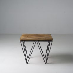 Stolik kawowy, który wyróżnia ciekawa kolorystyka, prosta, geometryczna konstrukcja i minimalizm, który świetnie sprawdza się w każdej aranżacji.