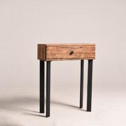 Nasza konsola to model, wykonany ze starego drewna sosnowego, efektownie połączonego ze stalową konstrukcją. Konsola wyposażono w pojemną szufladę.