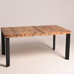 Stół posiada prostokątny blat oraz podstawę, wykonaną ze stali. Drewno pochodzi z starych chat z Kresów. Koloryt blatu jest oryginalny.