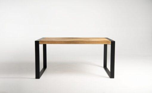 Stół wykonany z drewna sosnowego i stalowej podstawy. Stare drewno użyte w blacie to drewno z historią, które na pewno ociepli wnętrze i doda mu charakteru.