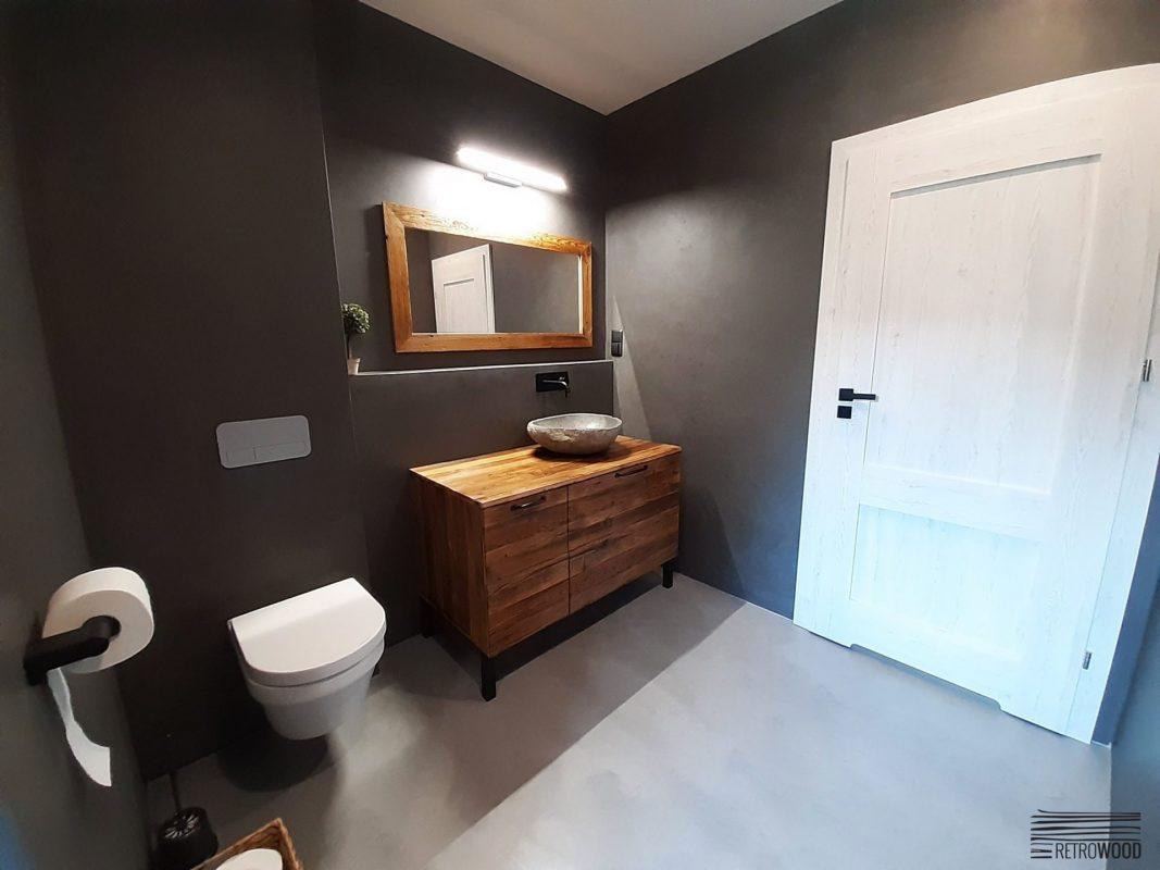 meble ze starego drewna w łazience