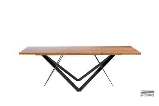 Stół wykonany z drewna dębowego i okazałej konstrukcji stalowej.