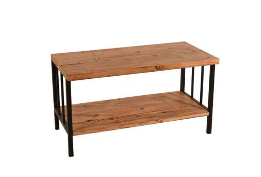 Ten stolik jest meblem wyjątkowym w każdym calu. Blat i półkę tego wspaniałego mebla stworzono z drewna odzyskanego z dawnych chat kresowych.