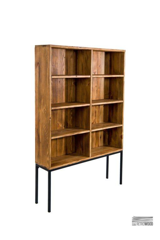 Oferowany przez nas finezyjnie wykonany regał drewniany na smukłych, stalowych nóżkach, to niezwykle funkcjonalny i oryginalny mebel.